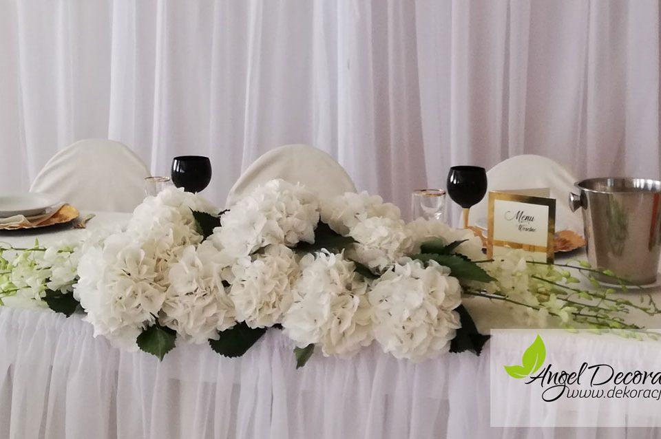 dekoracje-stol-paramlodych-winietki-talerze-kwiaty-AgnelDecorations-wypozyczalnia-dekoracji-krakow