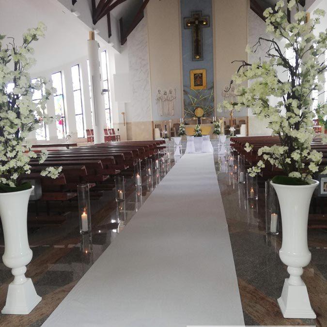 kosciol-dywan-bialy-wazony-kwiaty-dekoracja-angeldecorations-wypozyczalnia