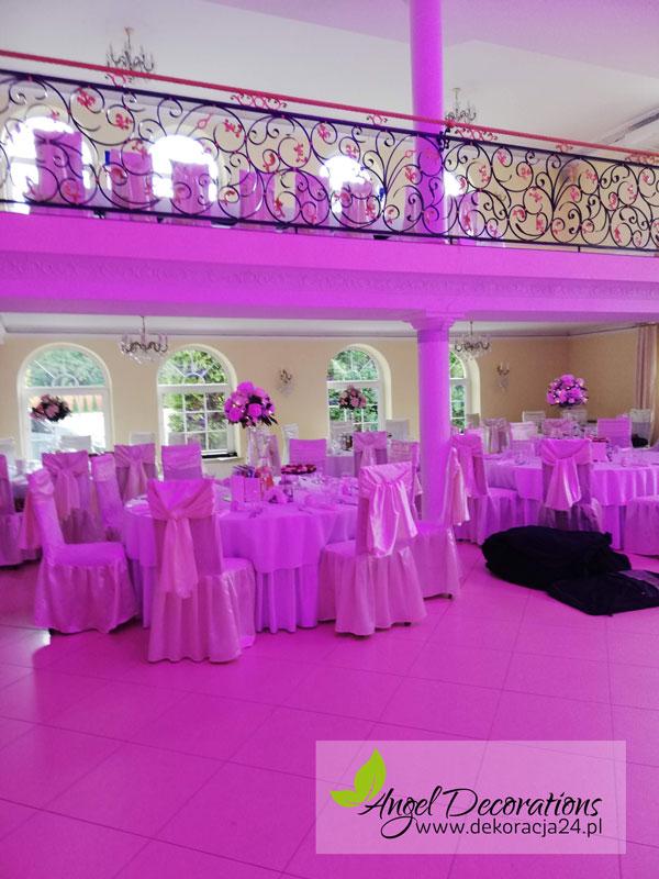 sala-stoliki-rozowy-dekoracje-kwiaty-stolki-AngelDecorations-Krakow