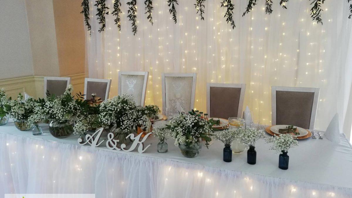 scianka-led-litery-kwiaty-stol-para-mloda-dekoracja-angeldecorations-wypozyczalnia