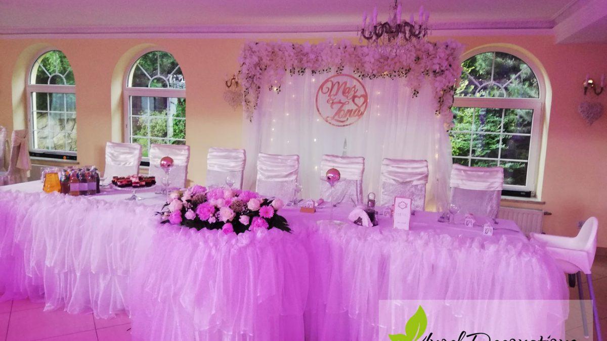 zona-maz-stolik-rozowy-dekoracje-kwiaty-obrus-AngelDecorations-Krakow